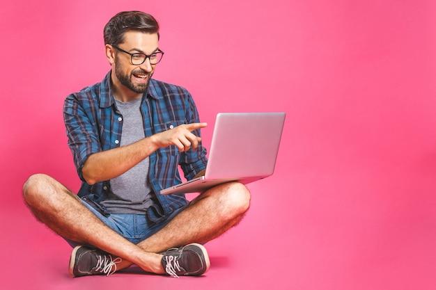 Internet rilassato funzionante e di lettura rapida dell'uomo di affari casuali sul computer portatile. seduta indipendente e scrivere sull'ufficio della tastiera del computer portatile a casa