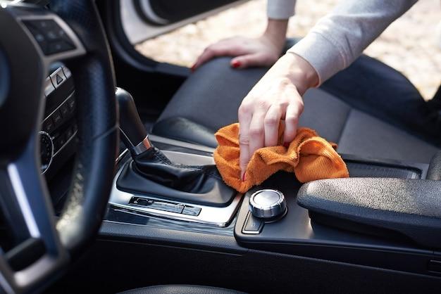 Interni auto donna pulita con microfibra