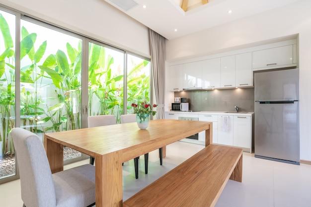 Interni di lusso in soggiorno e angolo cottura con tavolo da pranzo