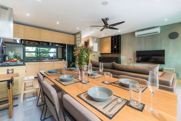 Interni di lusso in stile loft in cucina con bancone isola e tavolo da pranzo