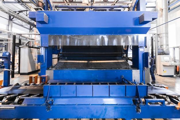 Interni di officina e macchinari per la produzione del vetro