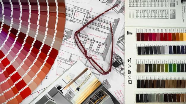 Interni di progetto architettonico con campioni di legno e carta e una tavolozza multicolore e strumenti di disegno