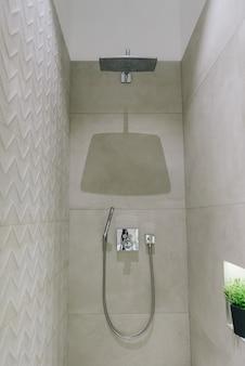 Interni eleganti e moderni per il bagno, bellissimo design minimalista della doccia