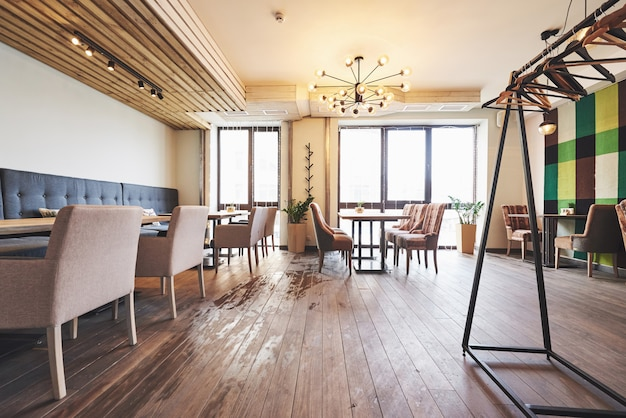 Interni moderni e semplici con mobili classici in legno