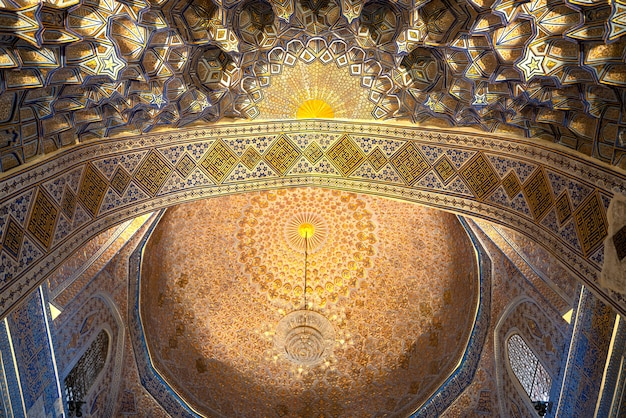 Interno all'interno della vecchia antica tomba uzbeka - amir temur maqbarasi, gori amir in uzbekistan.