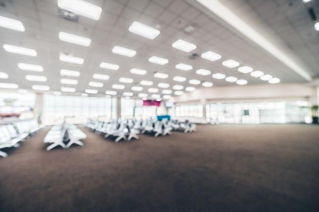 Interno astratto del terminal dell'aeroporto della sfuocatura