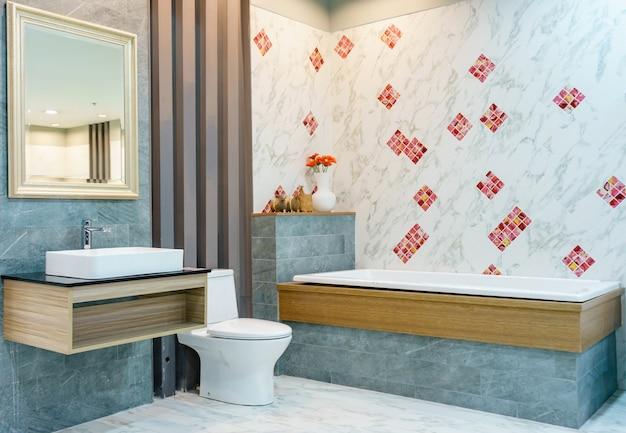 Interno bagno moderno con doccia minimalista e illuminazione, wc bianco, lavabo e vasca da bagno