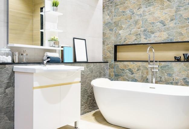 Interno bagno moderno con doccia minimalista e illuminazione