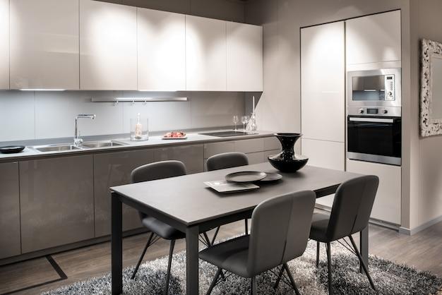 Interno bianco e grigio cucina monocromatica
