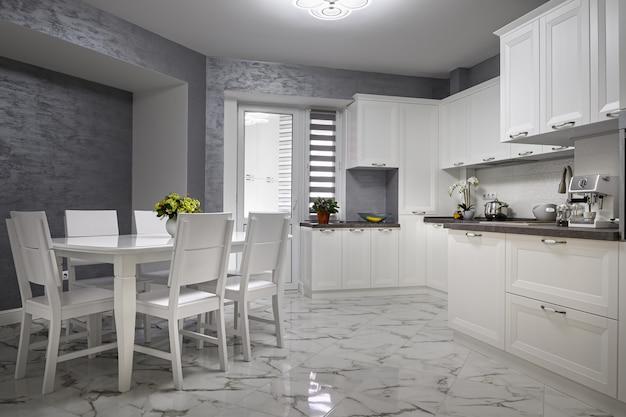 Interno bianco moderno semplice e di lusso della cucina