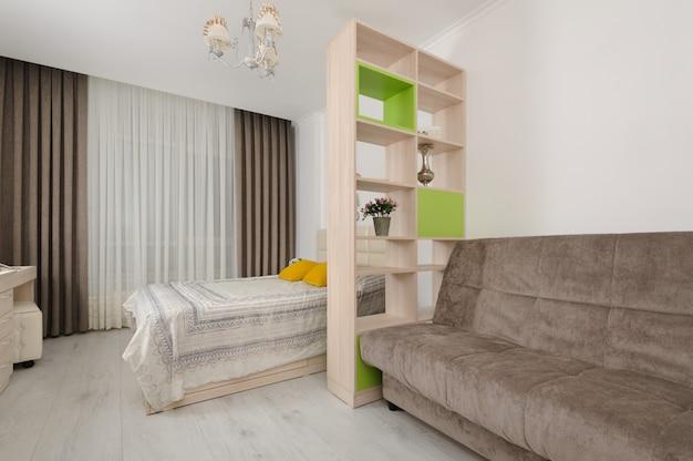 Interno camera da letto con libreria