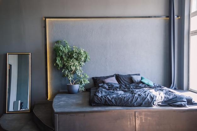 Interno camera da letto grigio e bianco