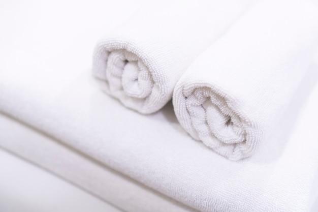 Interno camera da letto, tonalità bianca