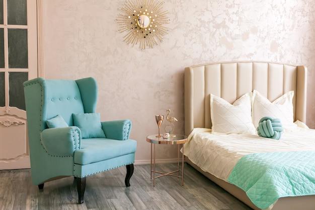 Interno con una comoda poltrona e un letto