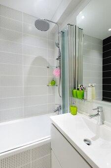 Interno del bagno bianco di lusso moderno
