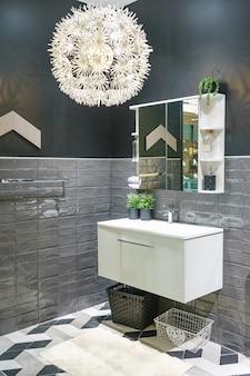 Interno del bagno con lavabo lavabo e specchio. design moderno del bagno