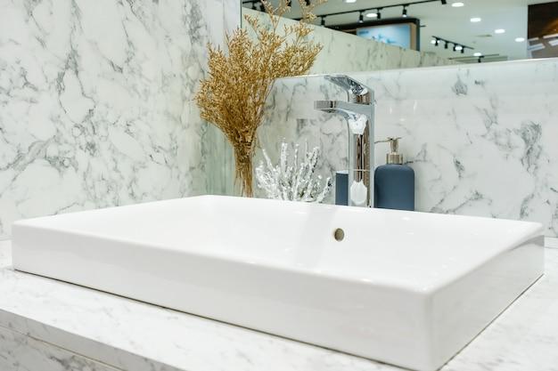 Interno del bagno con lavabo lavabo e specchio