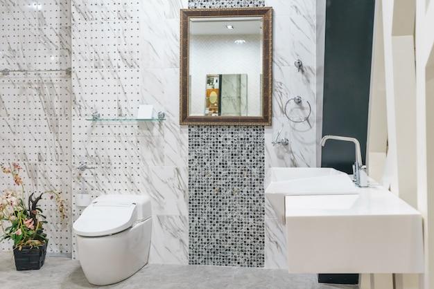 Interno del bagno con lavabo lavabo e specchio.
