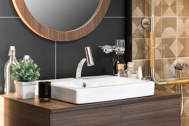 Interno del bagno con lavandino e rubinetto