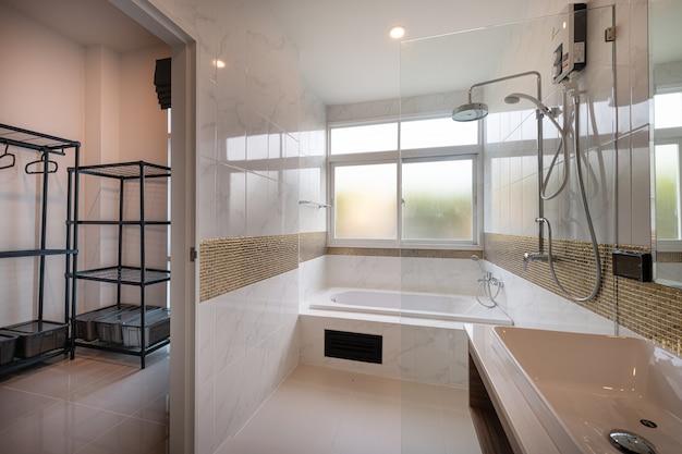 Interno del bagno moderno della vasca e interno del lavandino in un hotel