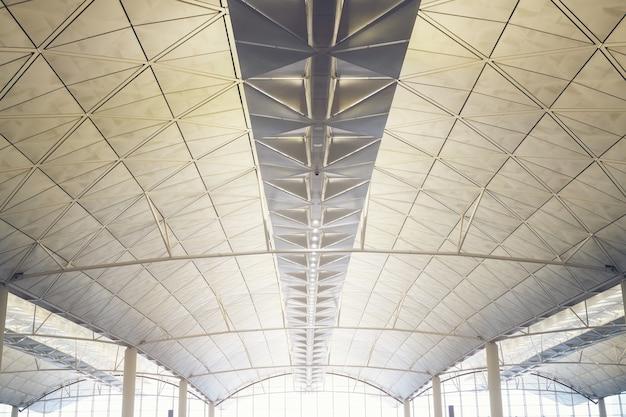 Interno del centro commerciale moderno della stazione della metropolitana dell'aeroporto di hong kong, il soffitto di un edificio moderno