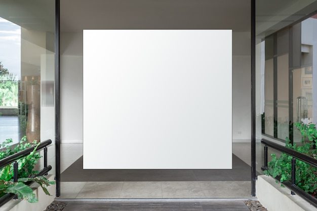 Interno del corridoio con banner vuoto sul muro