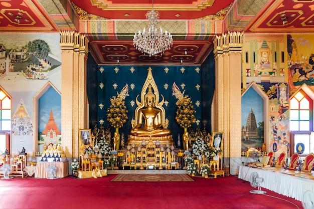 Interno del monastero tailandese (tempio tailandese) decorato con arte tailandese e golde lord buddha statue nel centro a bodh gaya, bihar, india.
