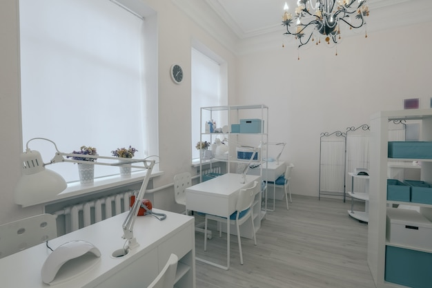 Interno del salone di unghie moderno vuoto