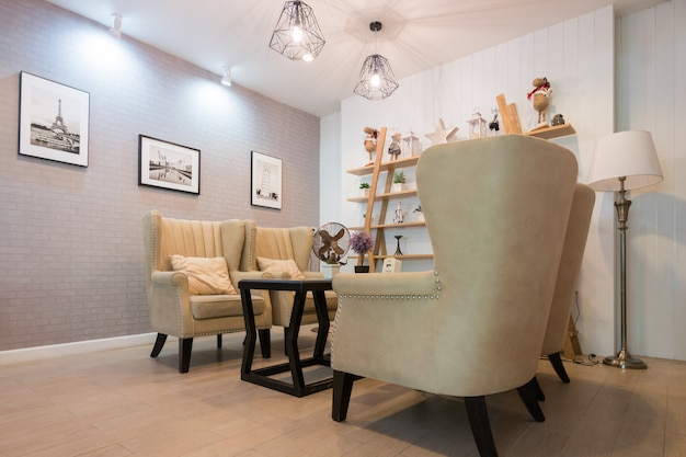 Interno del soggiorno in tema bianco e colore