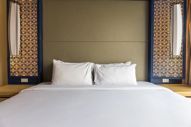 Interno della camera da letto accogliente bianco e grigio con parete blu