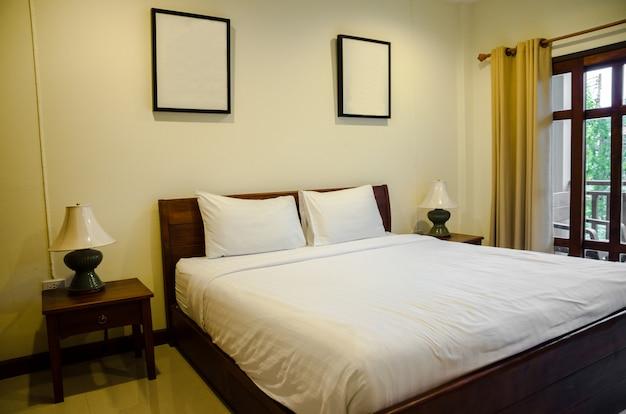 Interno della camera da letto con letto bianco