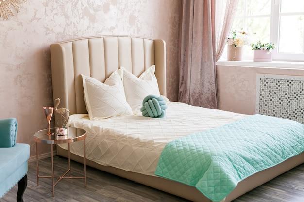 Interno della camera da letto femminile con un comodo letto