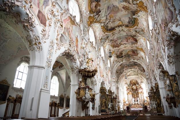 Interno della chiesa dell'abbazia di rottenbuch (kloster rottenbuch) in stile romanico