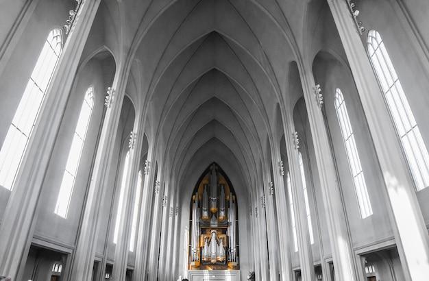 Interno della chiesa di hallgrãmskirkja a reykjavik, islanda