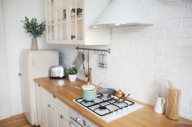 Interno della cucina moderna in un appartamento in stile scandinavo
