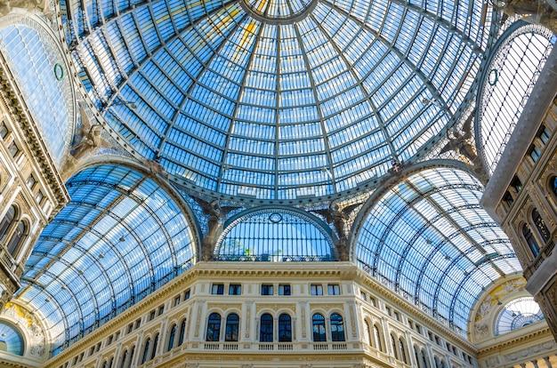 Interno della galleria antica. shopping e turismo nel concetto di europa.