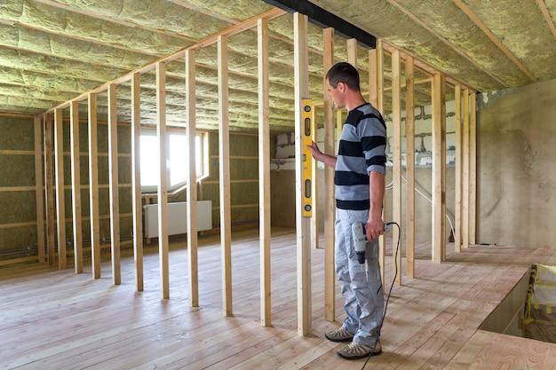 Interno della mansarda con soffitto isolato e pavimento in rovere in fase di ricostruzione.