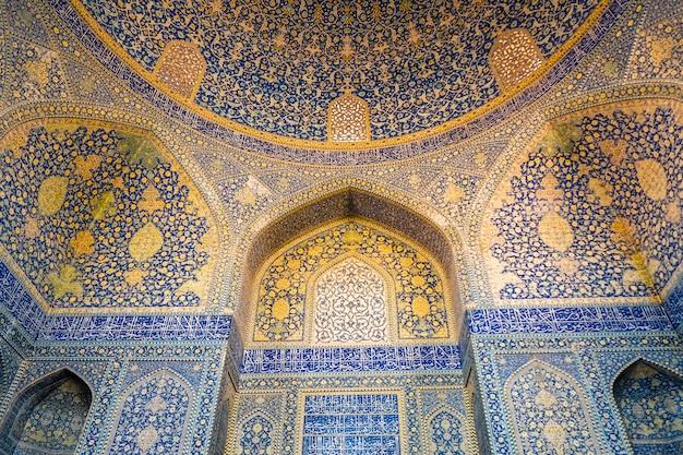 Interno della moschea di shah. bella volta con motivo arabesco islamico. isfahan, iran.