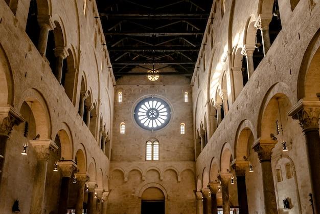 Interno della navata principale del duomo basilica di san sabino a bari.