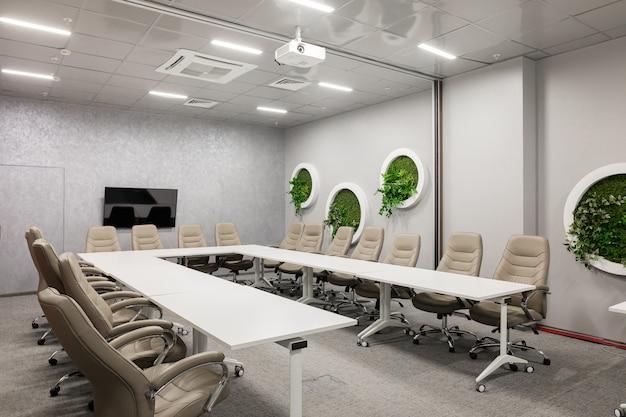 Interno della sala riunioni moderna vuota presso l'ufficio creativo