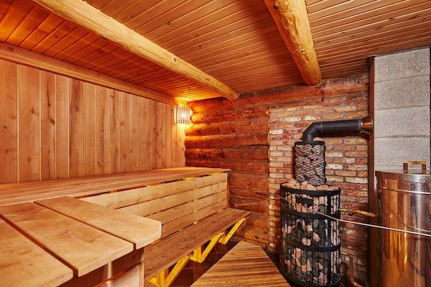 Interno della sauna in legno con scopa di betulla