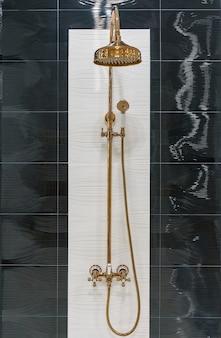 Interno della testa di doccia moderna in bagno a casa. progettazione moderna del bagno.