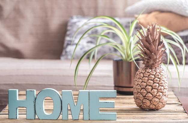 Interno di casa con ananas sul tavolo