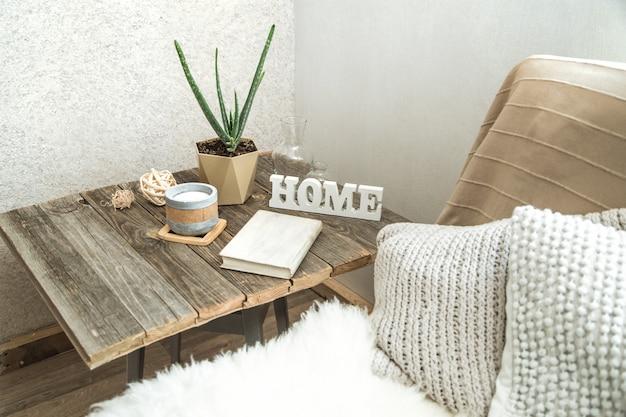 Interno di casa con oggetti decorativi su un tavolo di legno.