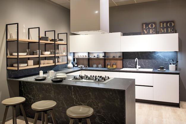 Interno di cucina moderna con isola centrale e piano cottura