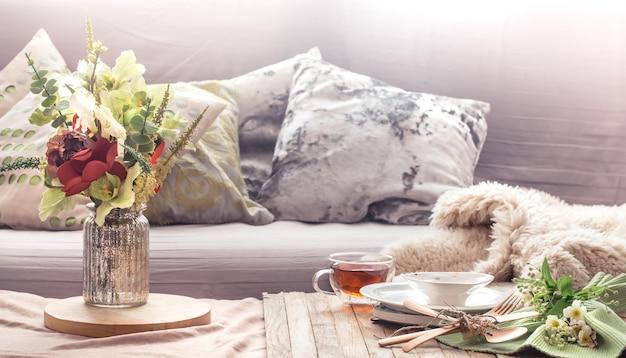 Interno di natura morta con oggetti di arredamento nel salotto di casa