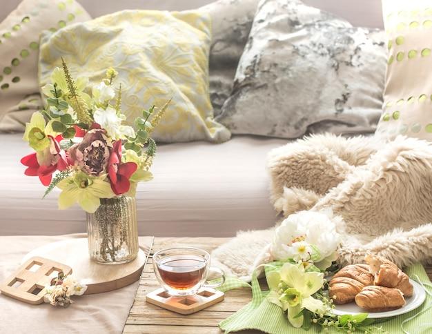 Interno di primavera accogliente e familiare nel soggiorno