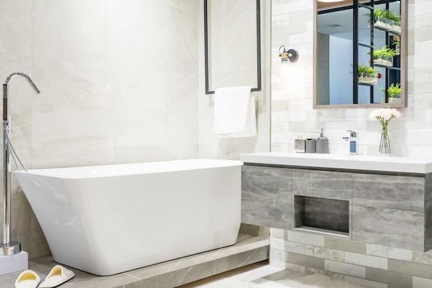 Interno di un interno bagno contemporaneo con vasca bianca e servizi igienici