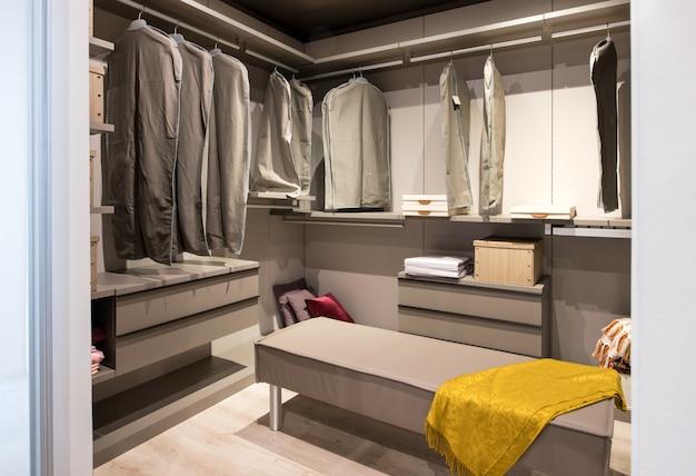 Interno di una cabina armadio con abiti appesi