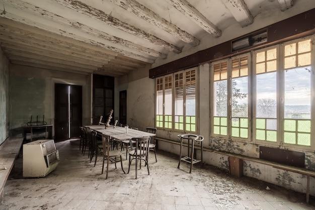 Interno di una casa abbandonata con grandi finestre